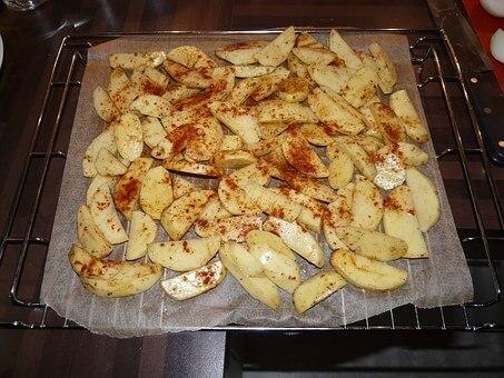 potato wedges in tray